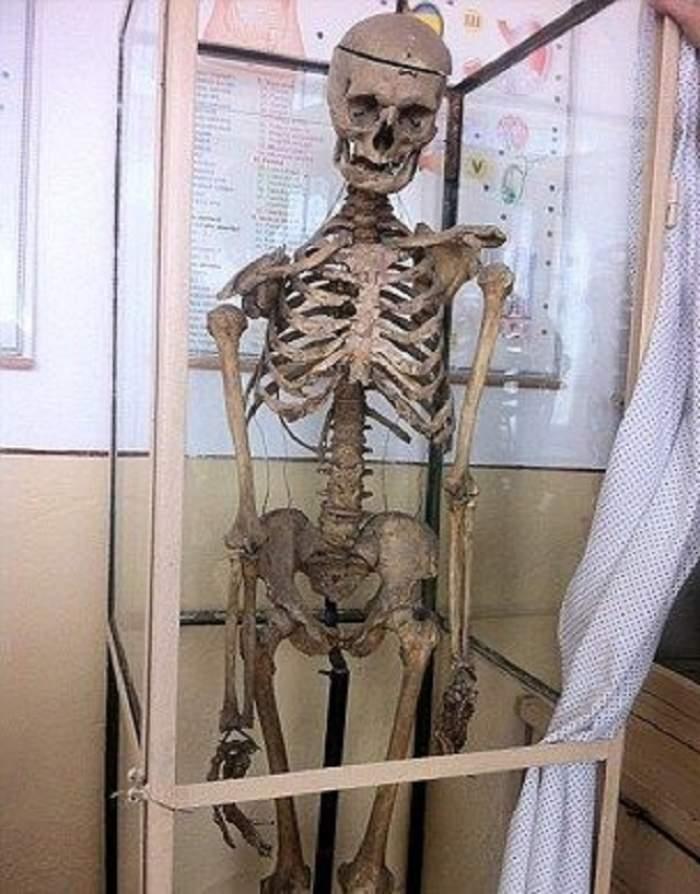 Se întâmplă în România! Elevii dintr-o şcoală învaţă anatomia pe scheletul fostului director