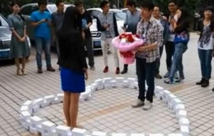 VIDEO/ A cheltuit o grămadă de bani ca să o ceară de soție, dar s-a făcut de râs! Bărbatul care a ajuns bătaia de joc a tuturor