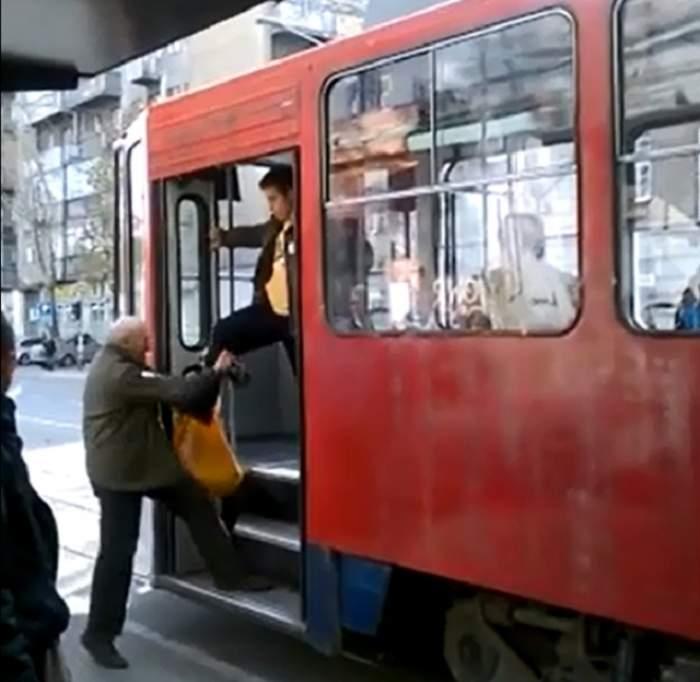VIDEO/ Umilință în plină stradă! Un bărbat a fost bătut  sub privirile trecătorilor. Motivul este incredibil