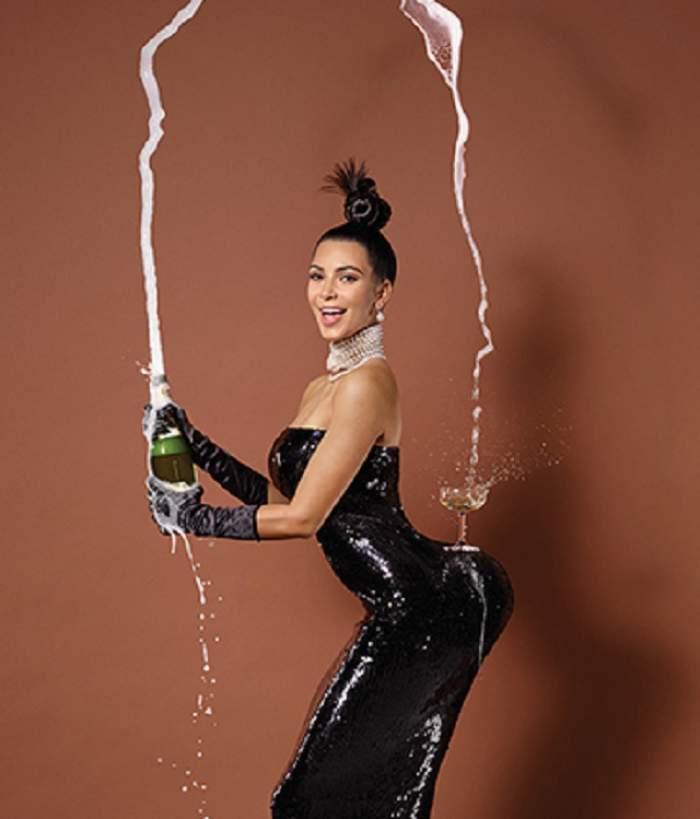 Chelsea Handler a parodiat şedinţa foto incendiară făcută de Kim Kardashian şi a pozat în fundul gol