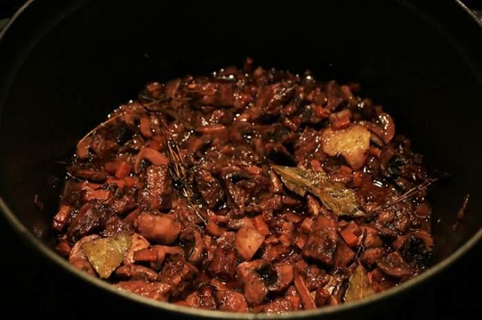 REȚETA ZILEI- JOI: Tocăniță de vită și ciuperci scăldată în vin roșu