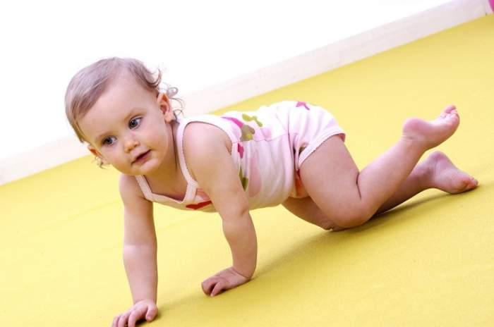 Întrebarea zilei - Joi: De ce nu-i dor genunchii pe bebeluşi atunci când merg de-a buşilea?