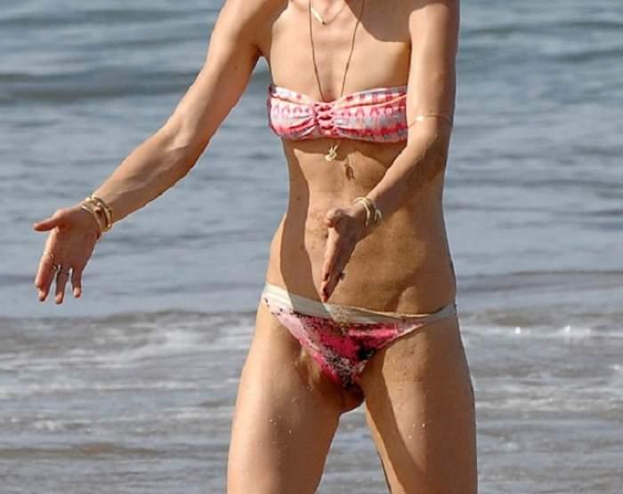 FOTO / A ajuns în pragul anorexiei? Cu pielea flască şi sânii lăsaţi a oripilat plaja