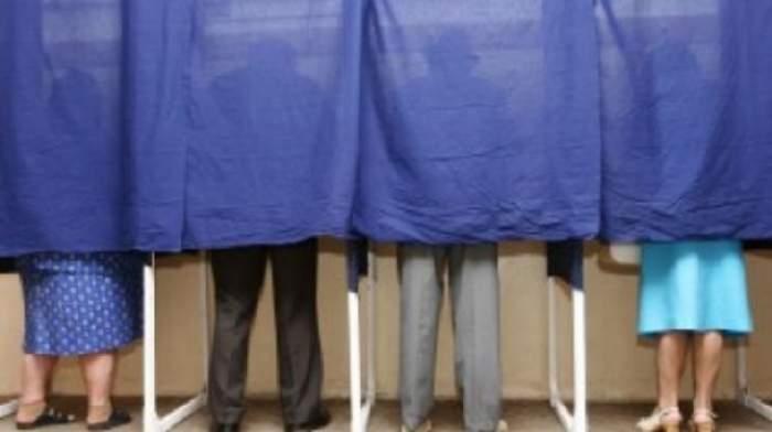 ALEGERI PREZIDENŢIALE 2014 / Incidente la VOT! Un bărbat s-a ales cu dosar penal pentru că şi-a fotografiat votul