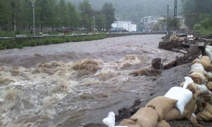 Inundaţiile au făcut prăpăd! Cel puţin patru oameni au murit din pricina vremii