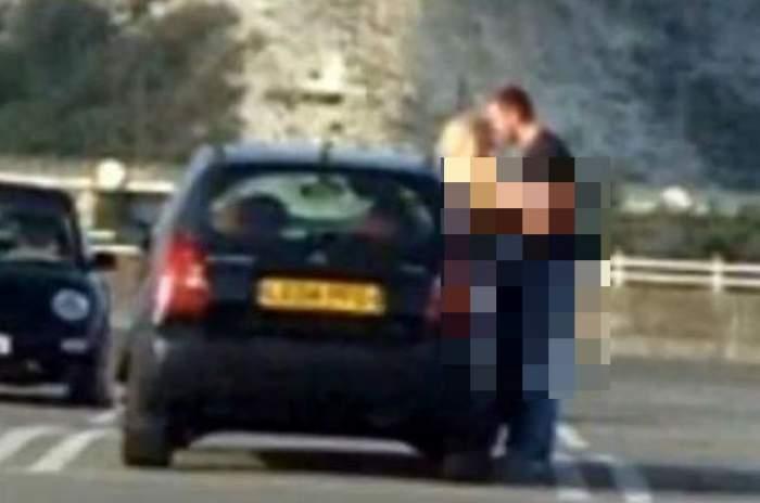 VIDEO /  Scene de sex în parcarea unui centru comercial! Un cuplu a uitat unde se află şi a trecut la acţiune