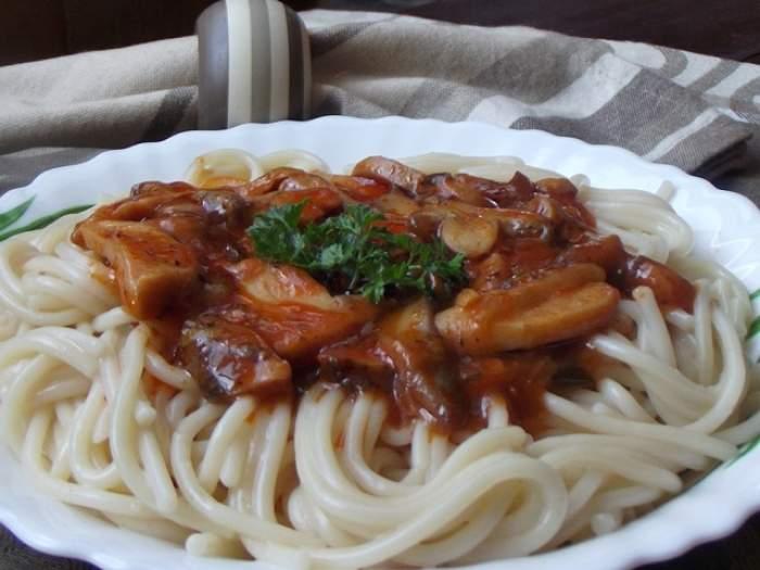 REŢETA ZILEI - LUNI: Spaghete cu sos de ciuperci