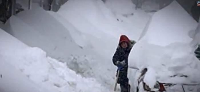 VIDEO / În câteva ore a nins cât pentru toată iarna. Stratul de zăpadă are peste 2 metri. 20 de oameni au murit deja
