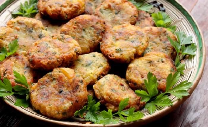 REŢETA ZILEI - VINERI / Nu mai ştiţi ce să gătiţi de POST? Vă propunem un preparat UŞOR şi DELICIOS: chiftele cu ciuperci şi cartofi