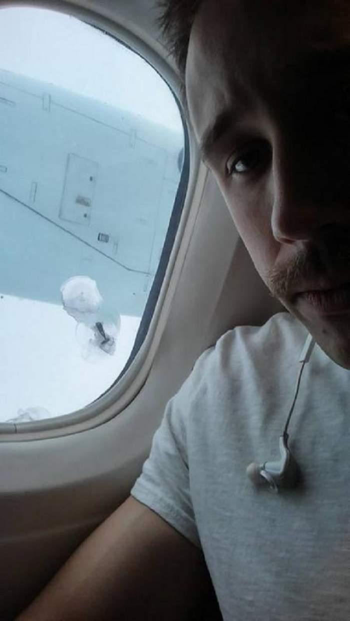 Se afla în avion şi a încremenit când s-a uitat pe fereastră! Ce a văzut acest tânăr l-a şocat până şi pe pilot