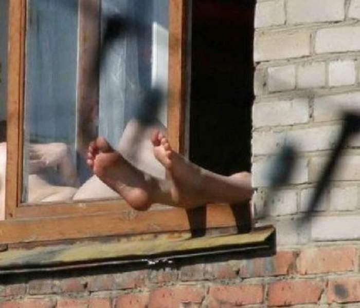 CAZ ŞOCANT! Bărbat obez, NESPĂLAT DE 5 ANI, scos din casă! Pompierii au purtat măşti de gaze