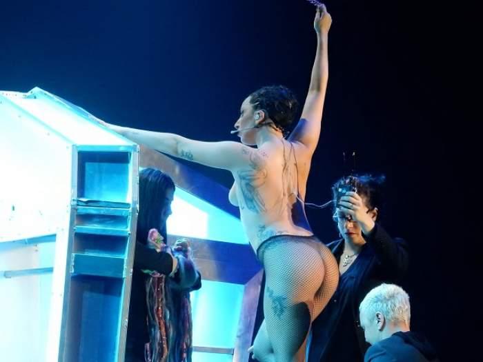 VIDEO/ Lady Gaga, concert în sânii goi la Viena! Adevărul despre bustul vedetei: are sau nu sânii lăsaţi?