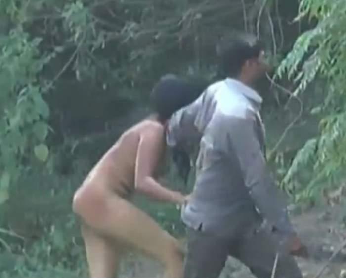 VIDEO/ Şocant! Un bărbat şi-a bătut soţia şi a plimbat-o goală prin tot oraşul