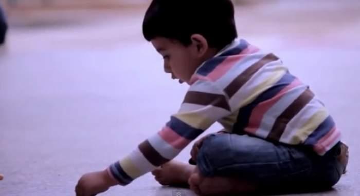 VIDEO / Mesaj cutremurător! Copilaşul de doi ani care şi-a pierdut mama face un gest impresionant