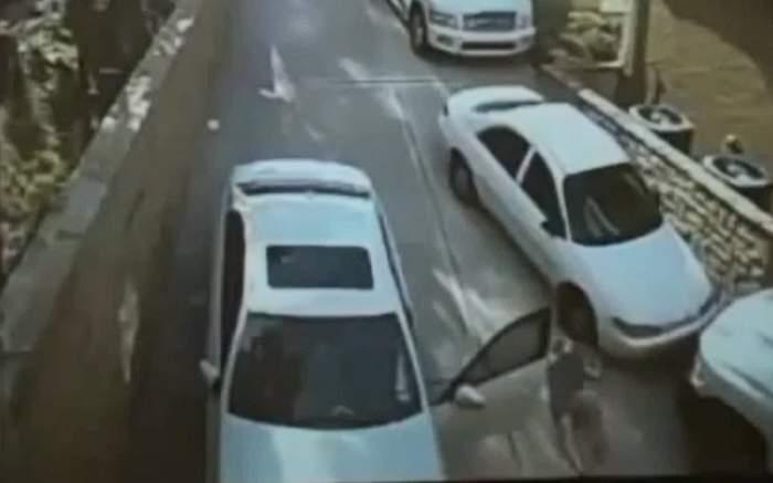 VIDEO/ Mori de râs! O blondă este lovită de propria mașină