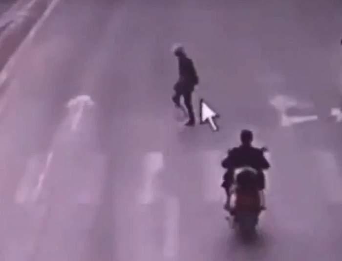 VIDEO/ Ce se poate întâmpla când o bătrână trece strada fără să se asigure? Răspunsul: un întreg dezastru
