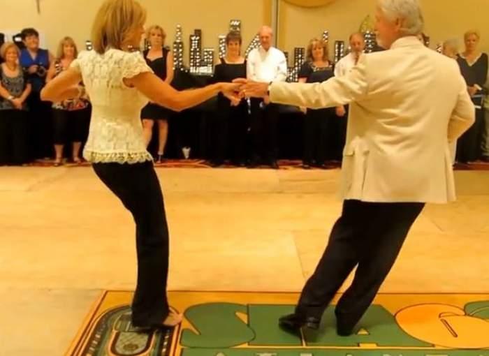 VIDEO/ Au 60 de ani, dar se mişcă mai bine ca mulţi de 20! Dansul lor e viral pe internet