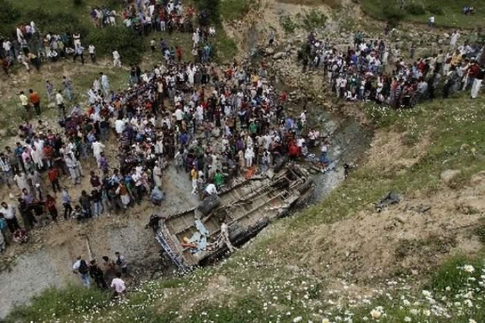 Accident TERIBIL! Un autocar s-a prăbuşit în prăpastie! Bilanţul este tragic: 15 persoane au murit şi 15 au fost rănite grav