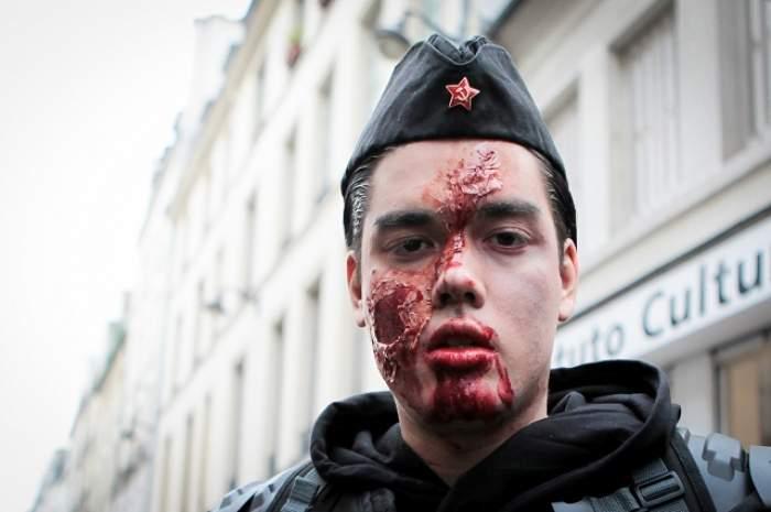 FOTO / 18 + Cel mai sângeros marş al anului! Oameni însângeraţi şi extrem de înfricoşători au defilat pe străzile Parisului