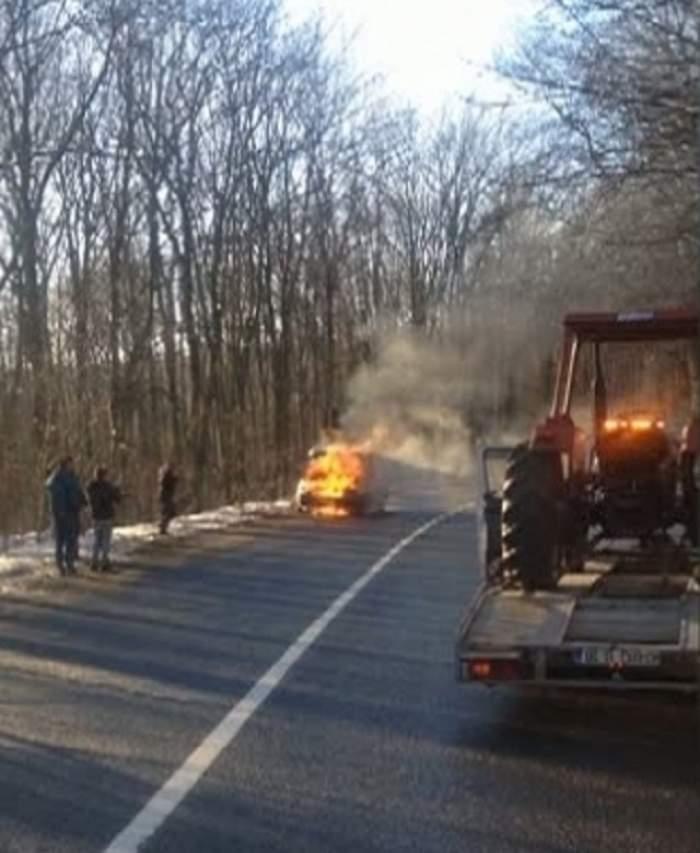 Momente de groază în trafic! O maşină a luat foc în timpul mersului. Ce a păţit şoferul