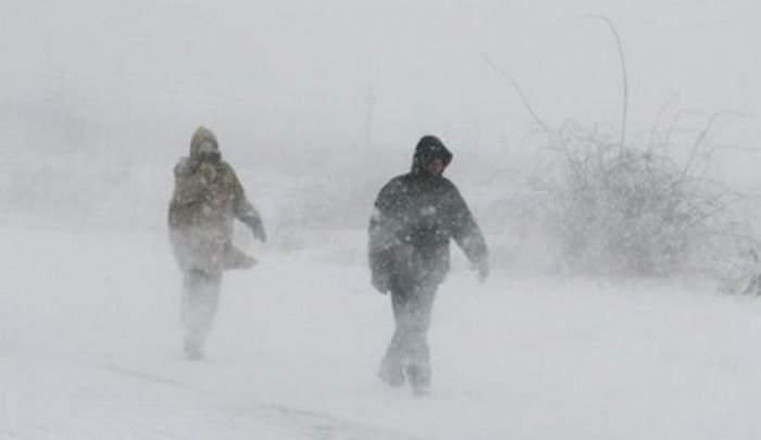 Tineri, recuperaţi după 6 ore de stat în frig şi zăpadă! Cum se simt turiştii