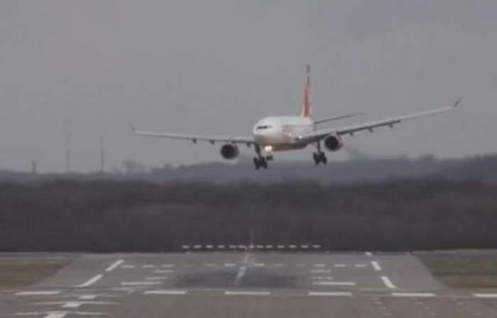 Aterizare de urgenţă! 14 persoane au fost rănite