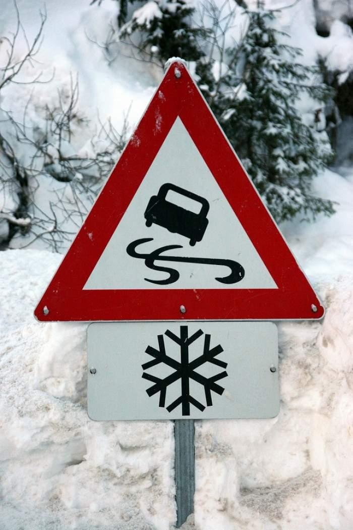 Atenţie, şoferi! Lista drumurilor naţionale unde circulaţia este îngreunată din cauza zăpezii şi a poleiului