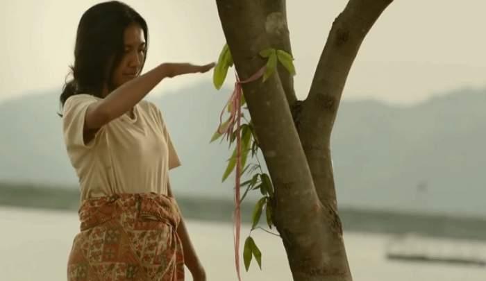 VIDEO / O femeie stă mereu lângă un copac! Motivul ei este cutremurător