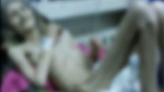 VIDEO / Terifiant! Are 62 de ani şi 25 de kg! O bătrână din Bacău se zbate între viaţă şi moarte, după ce a fost părăsită de fiică