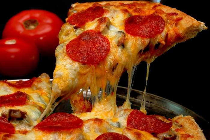 Doamne, să nu încerci asta acasă! Te cruceşti când vezi cum încălzeşte omul ăsta pizza!