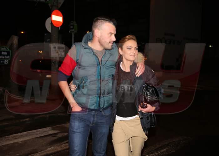 Sărutări şi mângâieri tandre! Uite cât de fericită este Roxana Ionescu la braţul noului ei iubit!