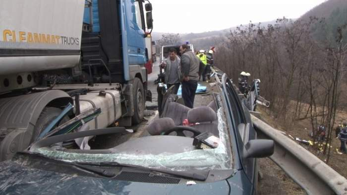 A MURIT! Autoturismul s-a izbit violent de un autotren!