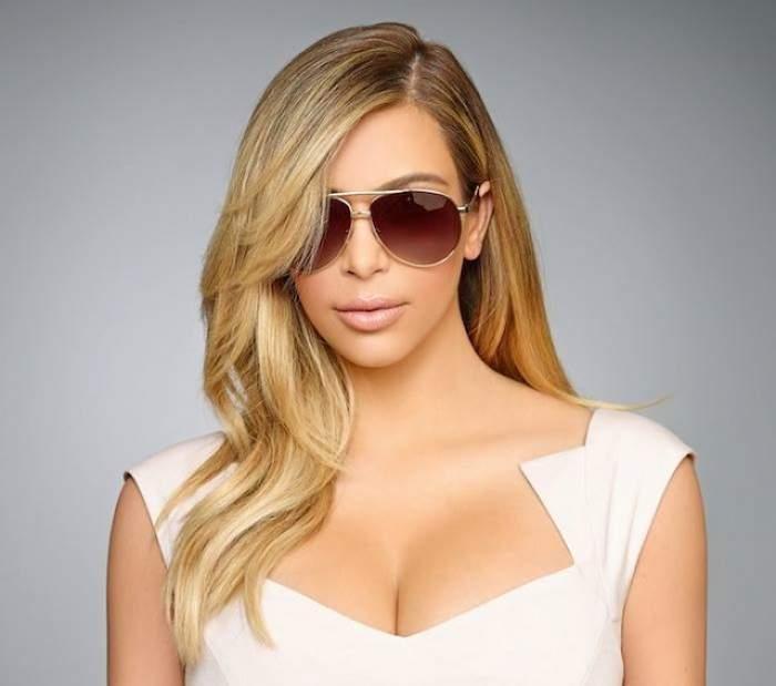 În portjartier, acoperită doar cu o blăniţă, Kim Kardashian a vrut să fie sexy! Imaginea, însă, e comparabilă cu cea a unei balene eşuate!