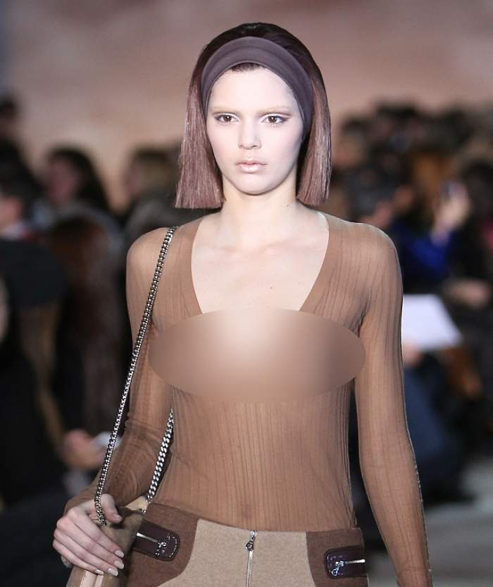 Kendall Jenner îşi arată sânii în toată spendoarea, pe podium! Nu e nici pe departe la fel de dotată ca sora sa, Kim Kardashian!