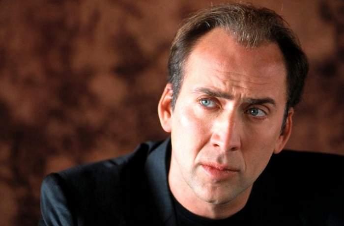 """Cu o """"cuşmă"""" în cap şi costum de fiţe, Nicolas Cage se plimbă prin Capitală!"""