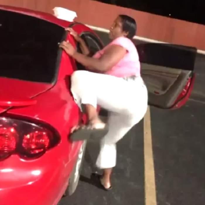 VIDEO Vrea să facă sex cu maşina? Femeia asta a înnebunit, uite ce face