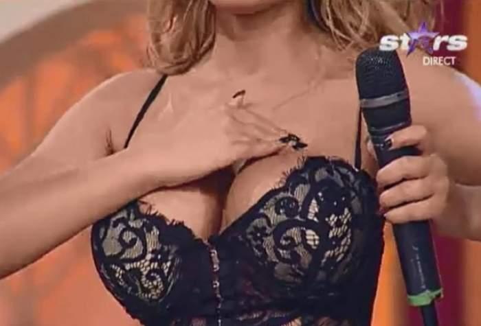 VIDEO Cine e sexoasa blondă care a venit în emisiune cu acest decolteu năucitor? Vedeta s-a lăsat pipăită în direct