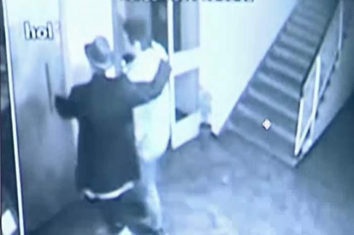 VIDEO INCREDIBIL! Velea a bătut un paparazzo? Uite cum l-a provocat să vină-n casa lui şi ce i-a făcut în lift