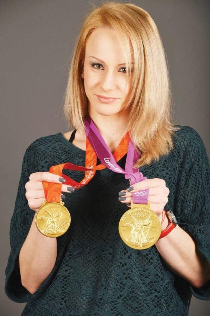 """Bat clopote de nuntă! Sandra Izbaşa, aşa cum n-ai văzut-o niciodată! A ieşit în lume cu """"socri"""""""