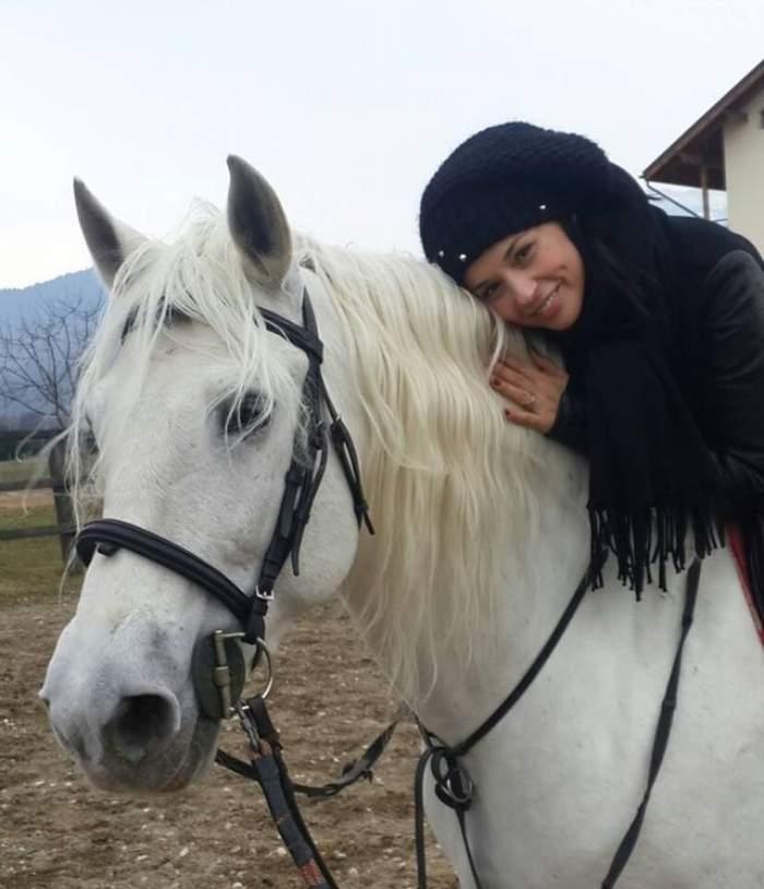Ce-i place viaţa! Andreea Marin, călare pe un armăsar. Uite-o cum zâmbeşte satisfăcută!