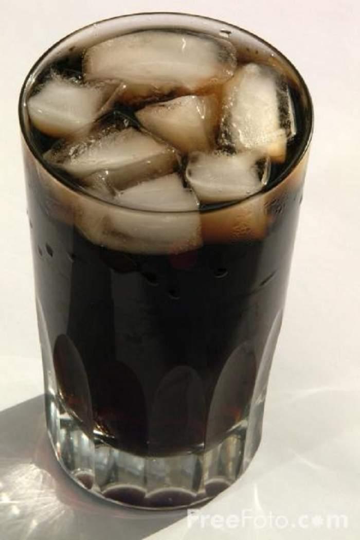Vezi cum arată femeia care bea 10 litri de cola pe zi! Vei evita să mai bei sucuri acidulate după ce vei vedea această imagine!