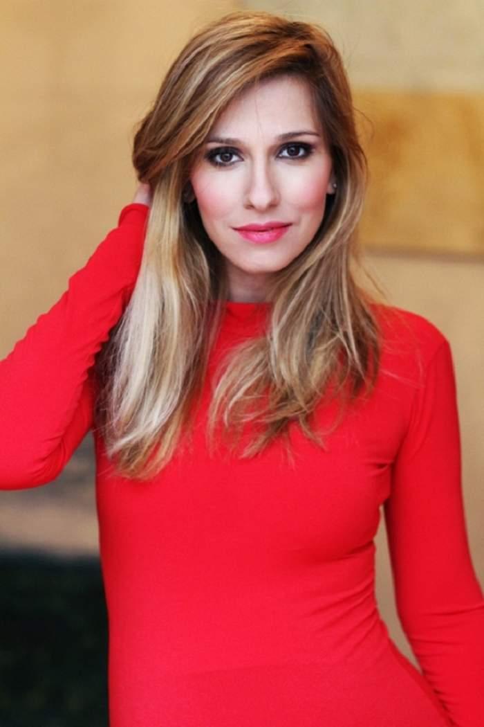 """Moda pictorialelor sexy înainte de naştere """"loveşte din nou""""! Dana Rogoz şi-a afişat burtica într-o rochie roşie, scurtă şi extrem de mulată!"""