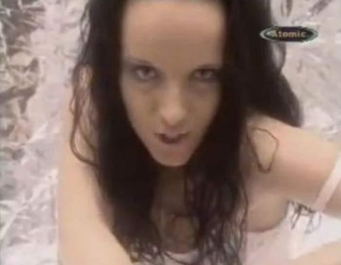 O mai ţii minte pe bruneta din formaţia Double D? Arăta ca o starletă porno, iar acum a devenit fată cuminte! Uite prin ce schimbare totală a trecut
