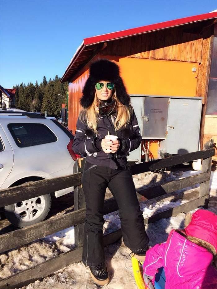 Adorabil! Andreea Bănică şi-a dus fiica pe pârtie şi i-a pus schiuri în picioare. Reacţia micuţei este de mii de like-uri