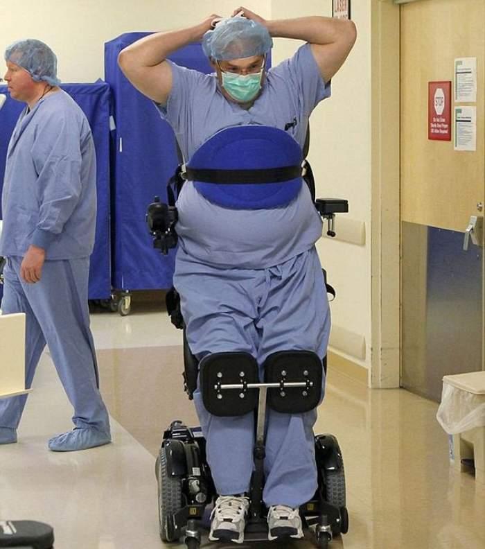 VIDEO IMPRESIONANT Un medic paralizat continuă să salveze vieţi! Uite-l cum operează, legat stâns de scaunul cu rotile