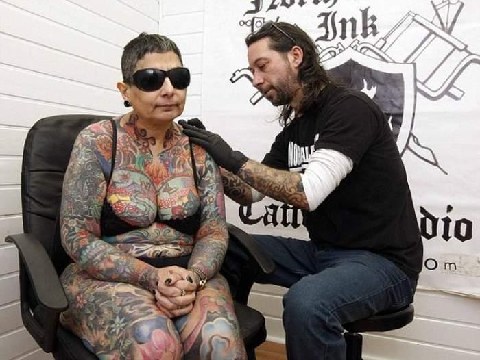 S-a lăsat tatuată 416 ore, dar nu o să vadă niciodată cum arată! Motivul pentru care această femeie şi-a acoperit trupul cu desene