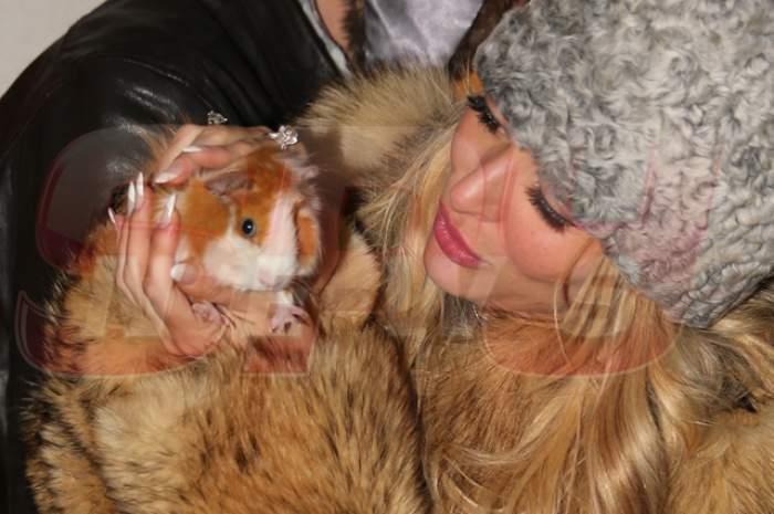 """VIDEO A udat din plin împlinirea a 32 de ani! Delia a ajuns acasă """"afumată"""", cu o căciulă de astrahan îndesată pe cap şi un şobolan în braţe!"""