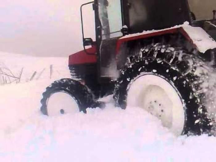 VIDEO Distracţie inedită pe timp de iarnă! Drifturi cu tractorul în zăpadă