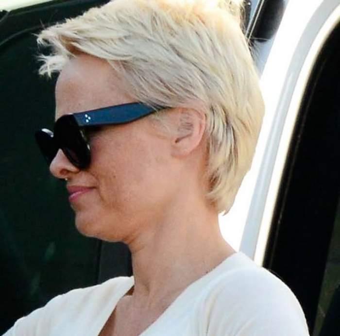 Pamela Anderson, desculţă şi trecută! Apariţia cu care a surprins neplăcut pe toată lumea