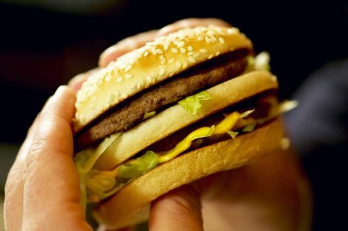 Mănânci fast-food? Uite ce se întâmplă cu corpul tău de fiecare dată când te îndopi cu o bombă calorică